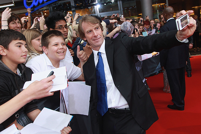 "Michael Bay ""Urges"" Fans To See Transformers In 3D"
